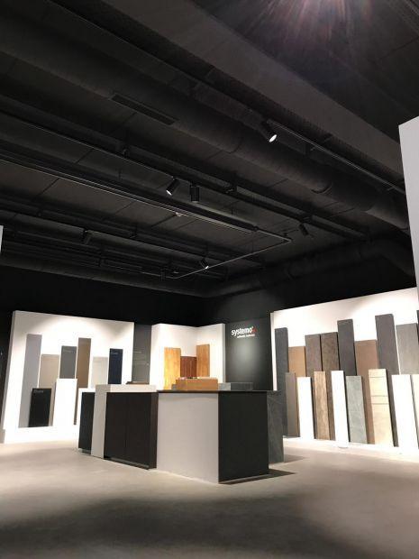 black beauty umgestaltung einer ausstellungsfl che in l hne projekte architekten b kamp. Black Bedroom Furniture Sets. Home Design Ideas